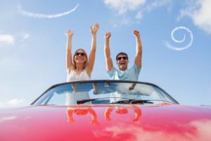 Couple à un spectacle aérien dans une voiture convertible